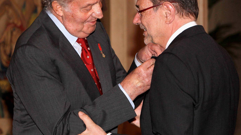 Juan Carlos I impone el Toisón de Oro a Solana. (Getty)