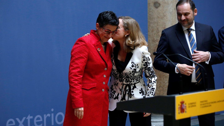 Nadia Calviño felicita a Arancha González Laya, en presencia de José Luis Ábalos. (EFE)