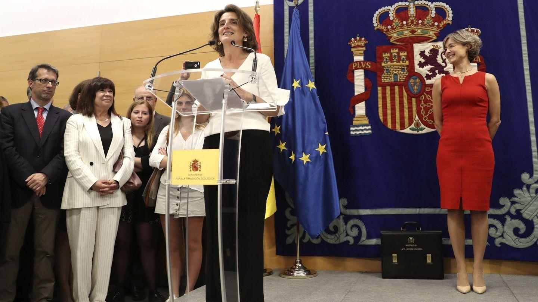 La ministra de Transición Ecológica durante el traspaso de cartera de manos de Isabel García-Tejerina. Y en primera fila, vestida de blanco, Cristina Narbona (Ballesteros / EFE)