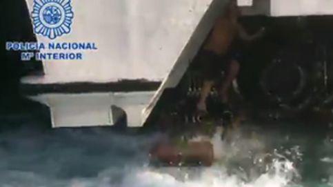 Trata de entrar a España escondido entre las hélices de un ferry