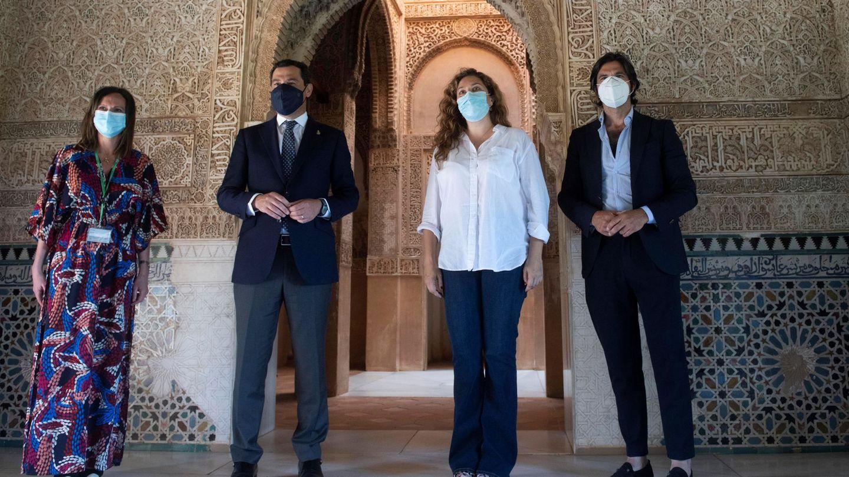 El presidente de la Junta de Andalucía, Juanma Moreno, junto a Estrella Morente su marido, Javier Conde y la directora de la Alhambra, Rocío Díaz, en la reapertura. (EFE)