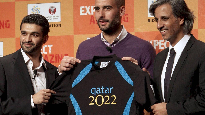 Pep Guardiola, junto al presidente de la Federación de Fútbol de Qatar y el presidente del comité del Mundial de 2022. (EFE)