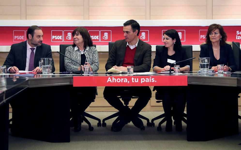 Foto: Pedro Sánchez, flanqueado por Cristina Narbona y Adriana Lastra, este 28 de noviembre en la reunión de la permanente de la ejecutiva federal. (EFE)