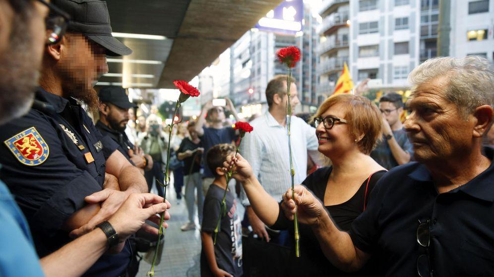 Foto: Manifestantes entregan claveles. (EFE)