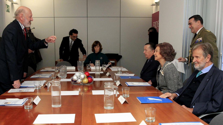 La Reina, con el presidente en España de la Fundación Comité Español de los Colegios del Mundo Unido (UWC) y exjefe de la Casa del Rey, Alberto Aza. (EFE)