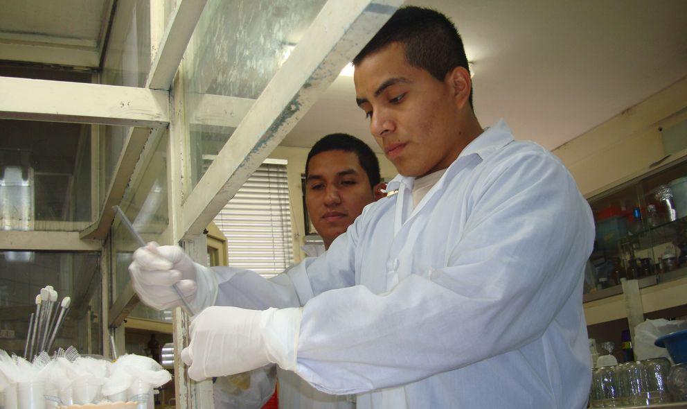 Dos médicos residentes realizan un análisis de una muestra en el laboratorio.