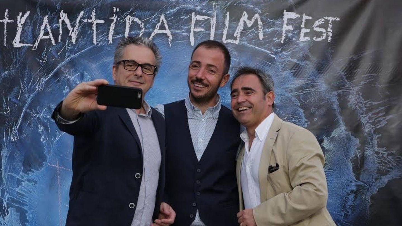 Juan Carlos Tous, móvil en mano, se fotografía junto a los otros cofundadores de Filmin. (EFE)