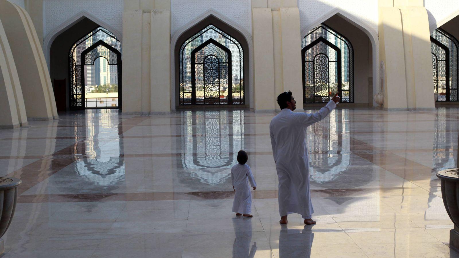 Foto: Un qatarí y su hijo en la mezquita del Imam Muhammad ibn Abd al-Wahhab, en Doha. (Reuters)