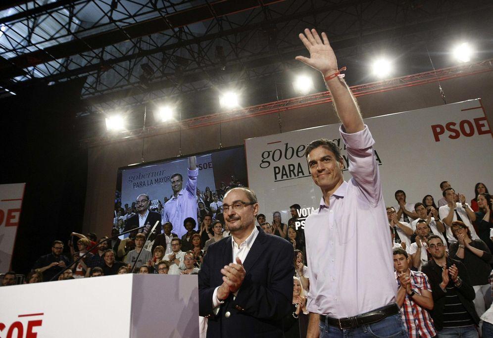 Foto: Javier Lambán y Pedro Sánchez, el 17 de mayo de 2015, en el mitin central de campaña de los socialistas aragoneses para las autonómicas. (EFE)