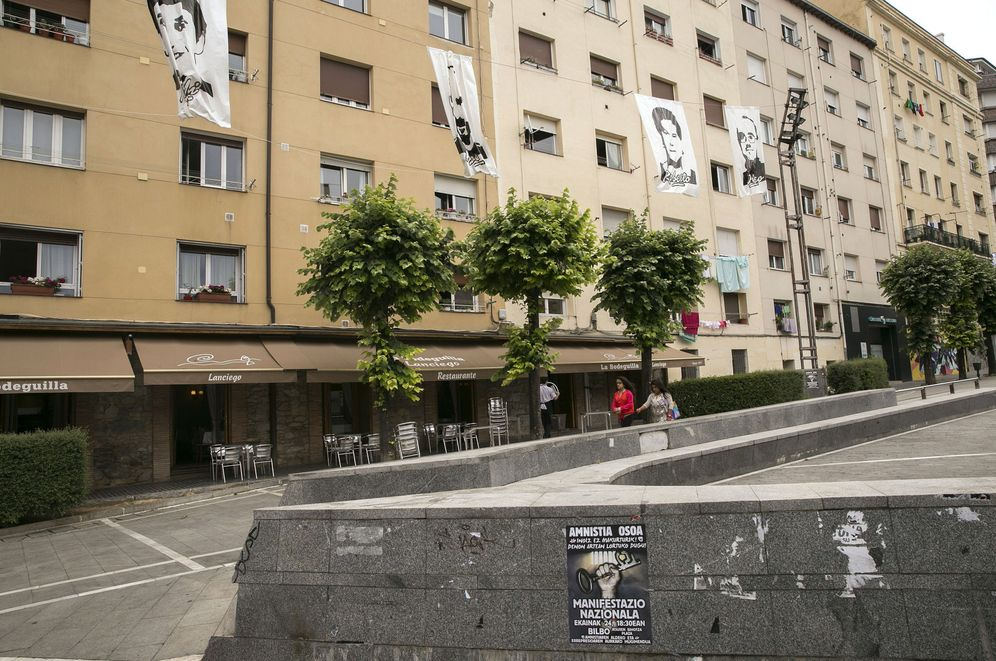 Foto: Fotografías a gran tamaño de miembros de ETA en el barrio de Judimendi durante sus fiestas. (EFE)