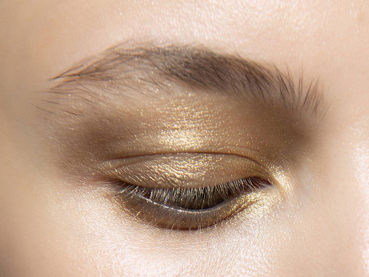 Foto: Maquillaje dorado en el desfile S20 de Hui. (Imaxtree)