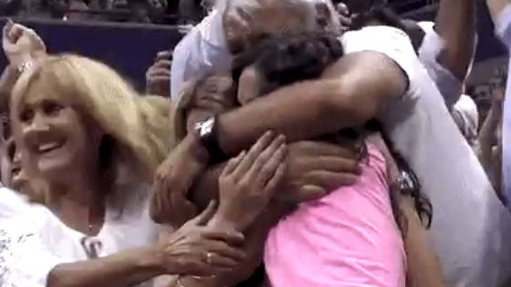 Foto: La familia de Rafa Nadal se abraza tras la victoria del español en el US Open (Foto: Twitter)