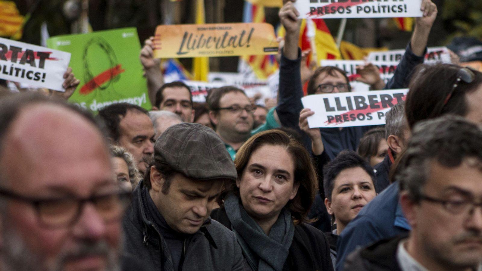 Foto: Ada Colau participa en la manifestación concocada por la ANC y Omnium en Barcelona para exigir la libertad de Jordi Sánchez, Jordi Cuixart y los miembros del Govern cesados. (EFE)