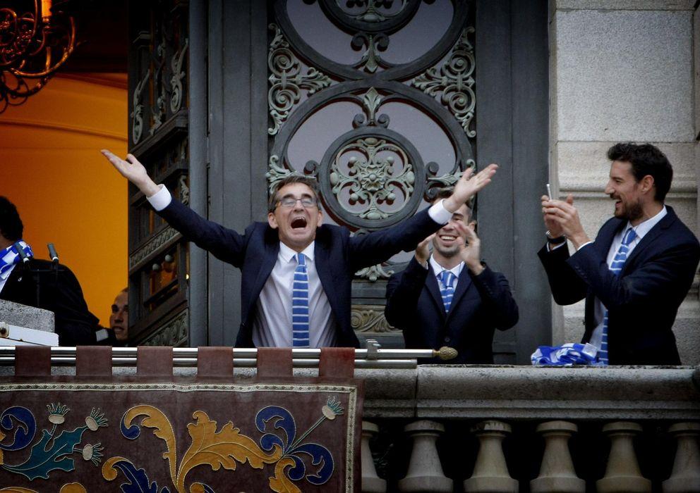 Foto: Fernando Vázquez saluda desde el balcón del Concello tras lograr el ascenso a Primera.