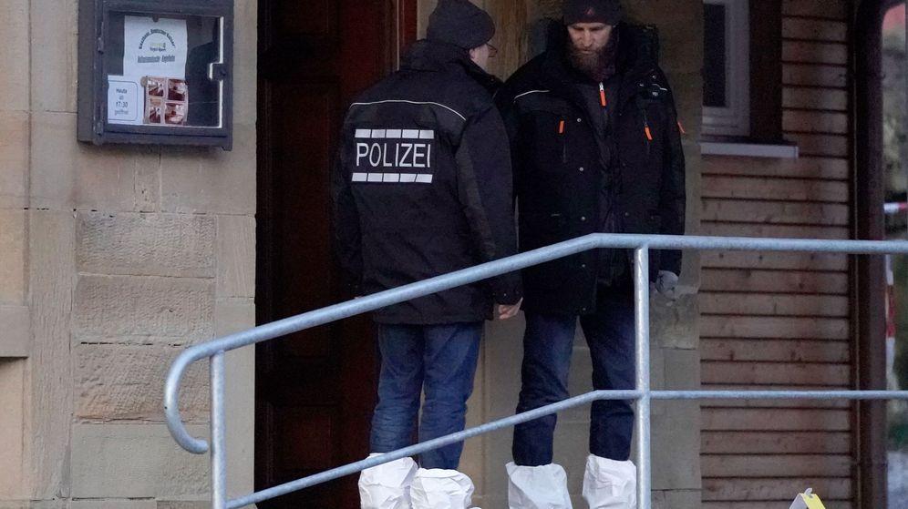 Foto: Dos oficiales de policía en la escena del crimen. (EFE)