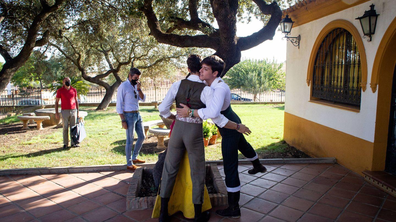Rivero saludando al novillero Emilio Silvera. (Fernando Ruso)