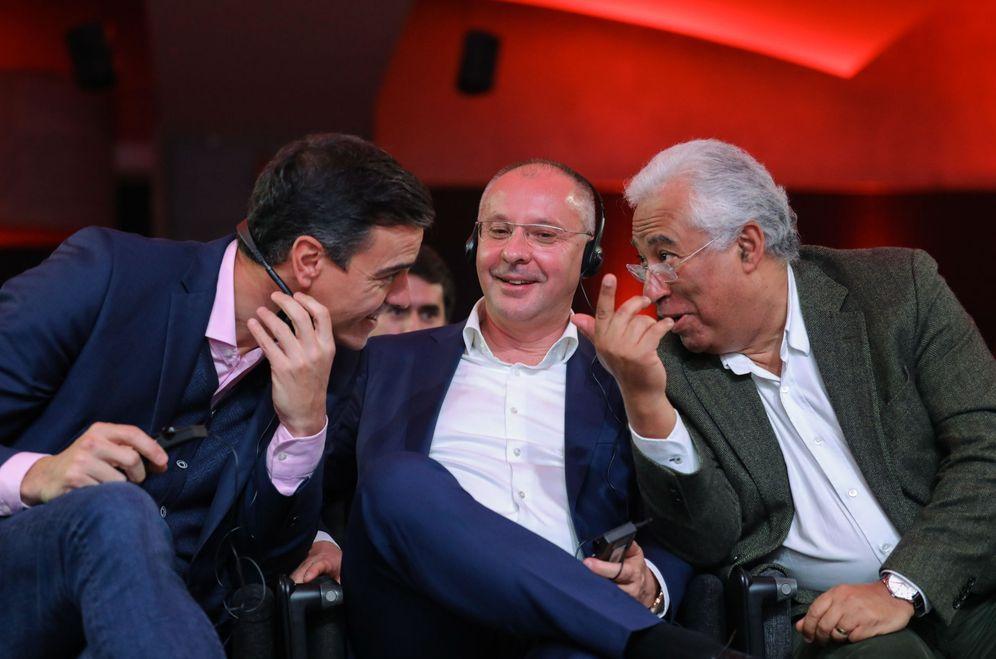 Foto: Pedro Sánchez conversa con el primer ministro portugués, António Costa (d), ante el presidente del PES, Sergei Stanishev (c), este 8 de diciembre en Lisboa. (EFE)