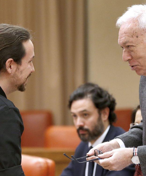 Foto: El ministro de Exteriores en funciones, José Manuel García-Margallo, y el secretario general de Podemos, Pablo Iglesias. (Efe)