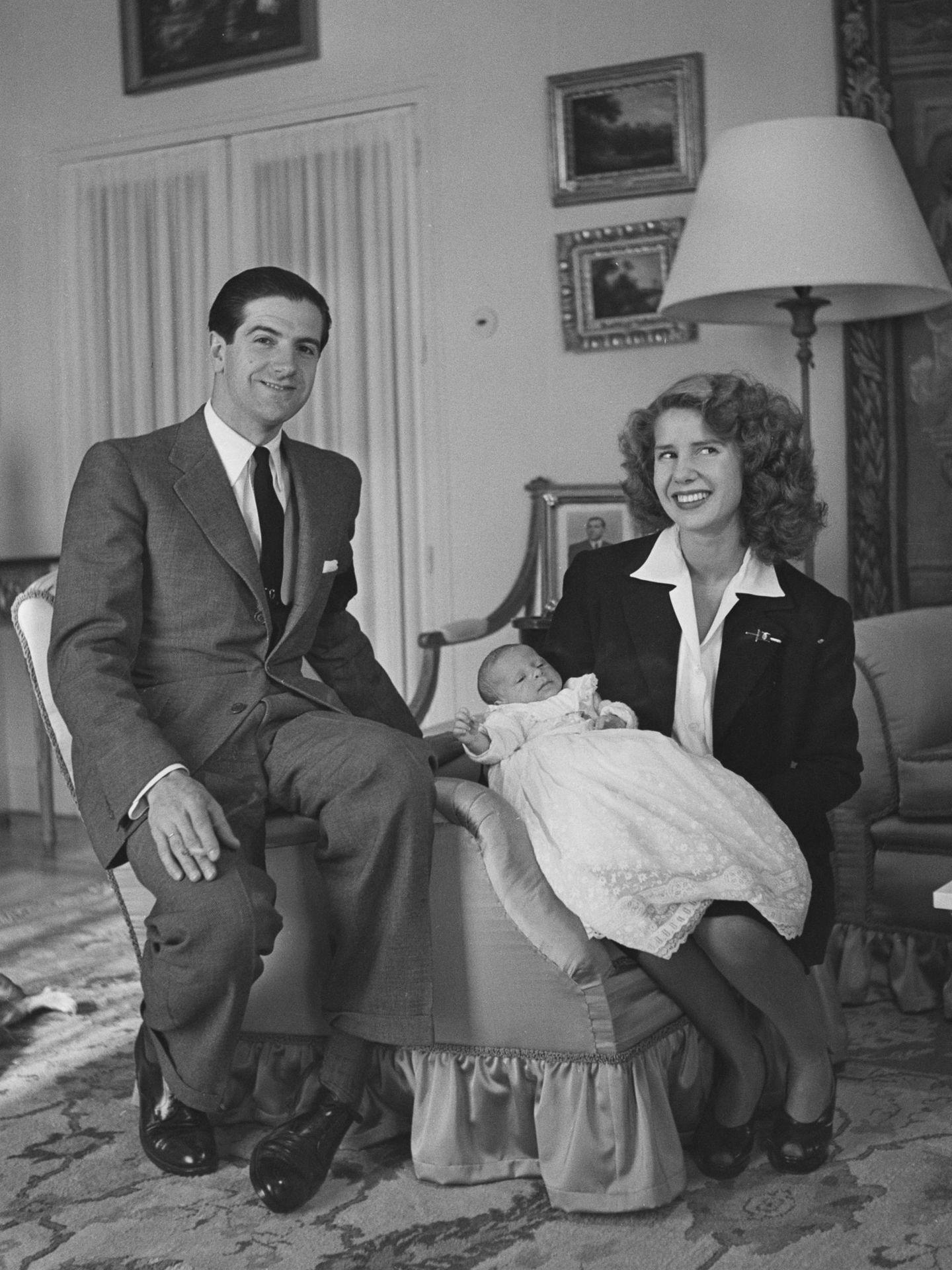 Luis Martínez de Irujo y la duquesa de Alba con su primogénito, Carlos Fitz-James Stuart. (Getty)