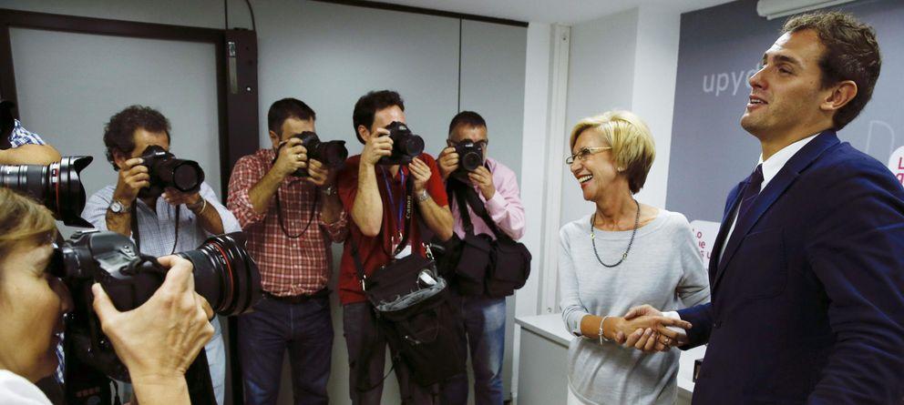 Foto: Rosa Díez y Albert Rivera, al inicio de su primer encuentro en Madrid. (Efe)