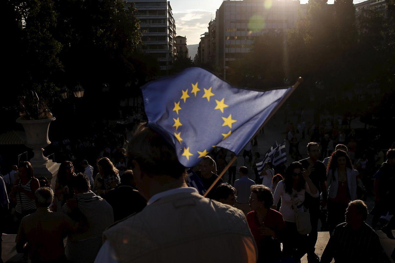 Foto: Un manifestante griego a favor de un acuerdo con los acreedores sostiene una bandera de la UE durante una protesta en Atenas, el 22 de junio de 2015. (Reuters)