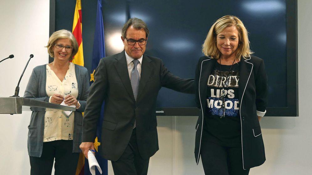 Foto: Artur Mas junto con las exconselleres Joana Ortega (d) e Irene Rigau (i). (EFE)