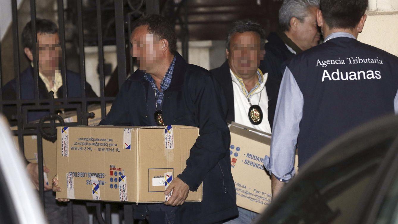 Foto: Funcionarios de la Agencia Tributaria sacaron la noche de la detención varias cajas con documentación del despacho de Rato (EFE)