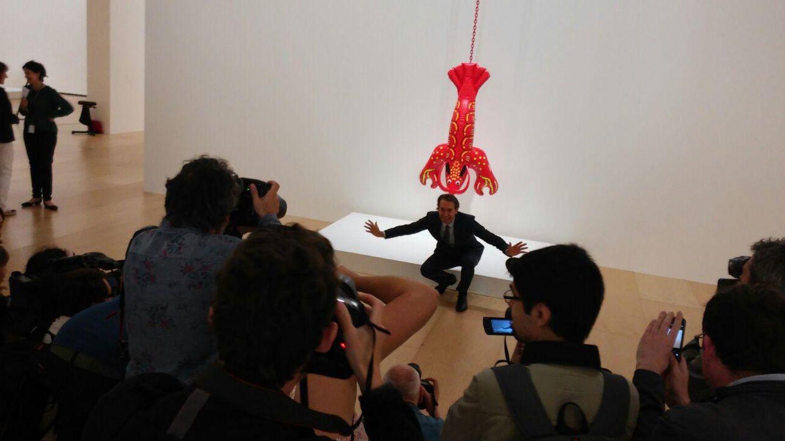 Foto: Jeff Koons posa junto a una obra en la presentación de su retrospectiva en el Guggenheim (P.H.R)