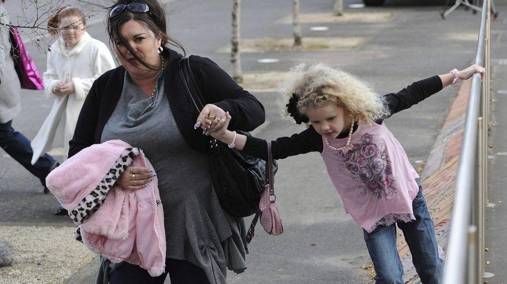Foto: Una madre y una hija en una fotografía de archivo. (Efe)