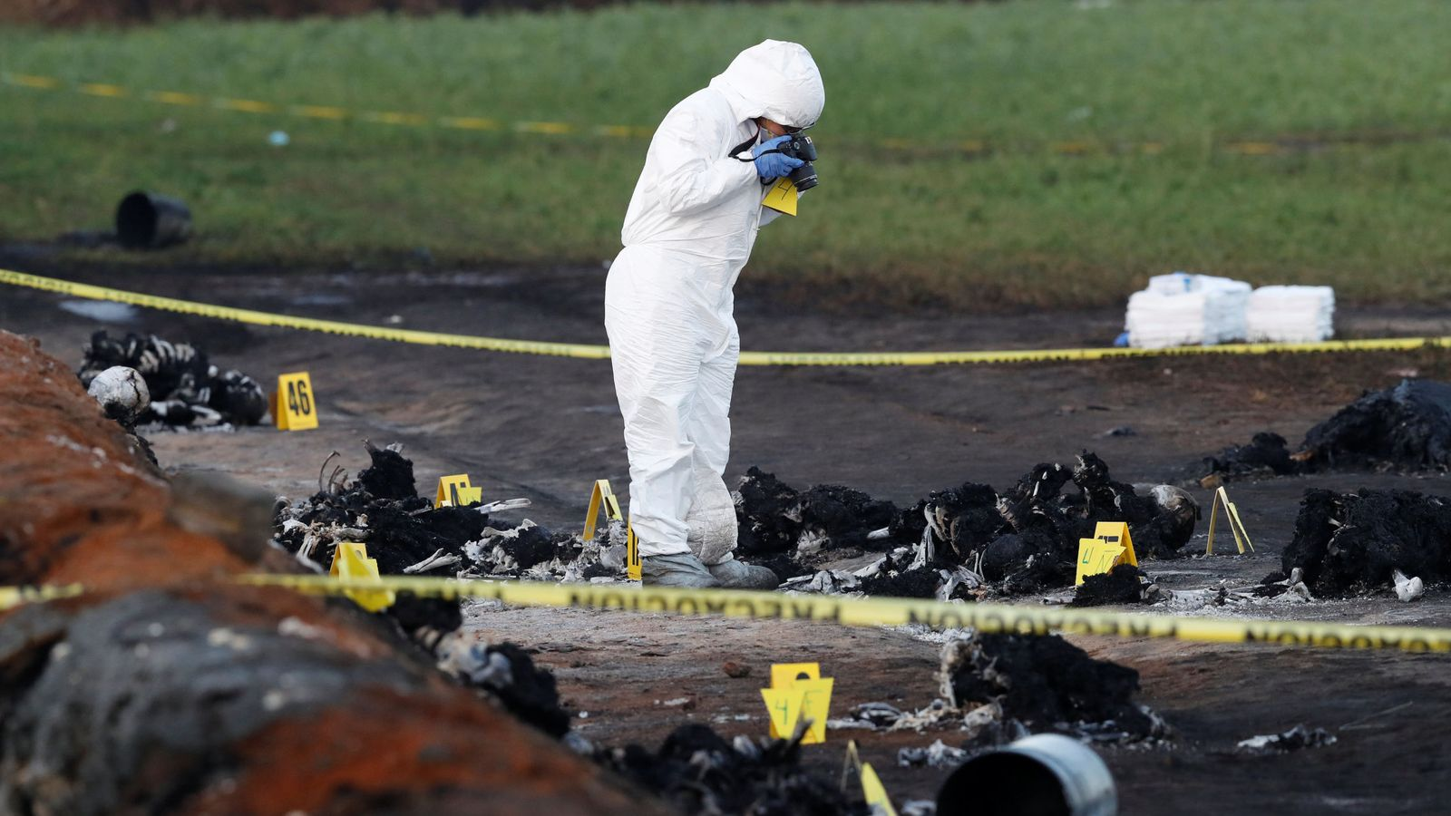 Foto: Un forense trabaja en el lugar de la explosión. (Reuters)