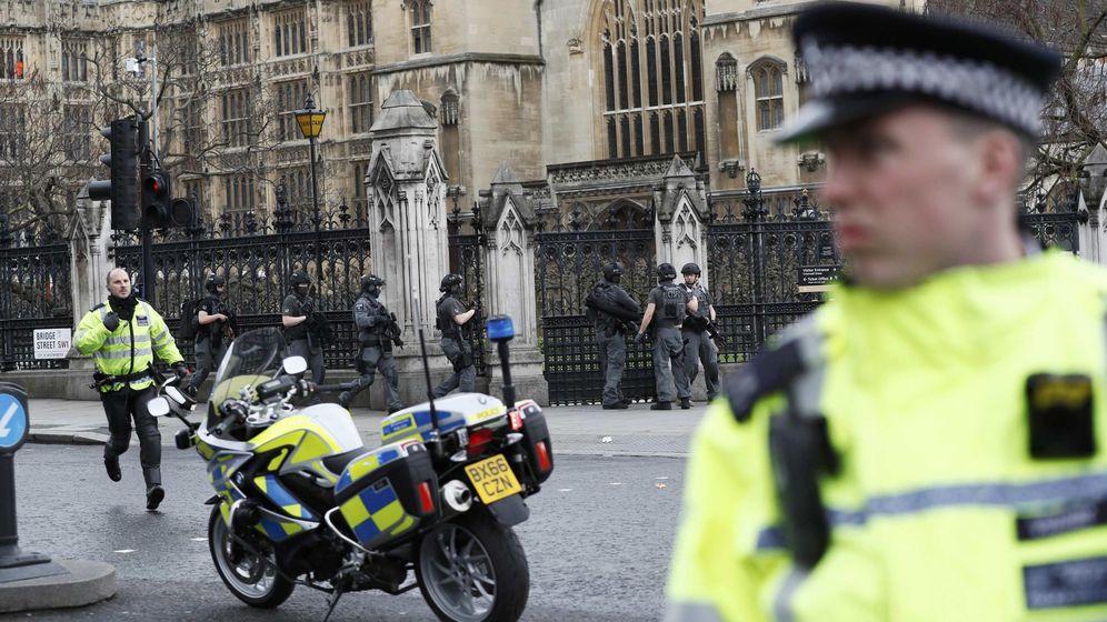 Foto: Policías armados desplegados frente al Parlamento británico tras el atentado en Westminster, el 22 de marzo de 2017. (Reuters)