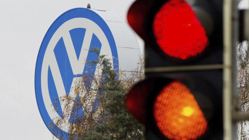 Foto: Logotipo de Volkswagen junto a un semáforo en rojo y naranja en Fallersleben (Alemania). (EFE)