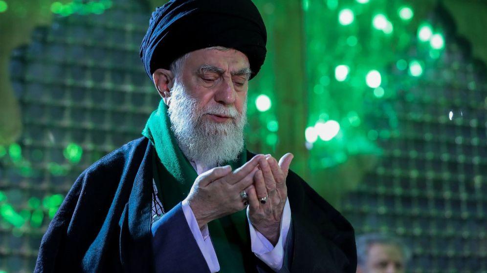Foto: El líder supremo iraní, el ayatolá Ali Jamenei, reza ante la tumba de su predecesor. (EFE)