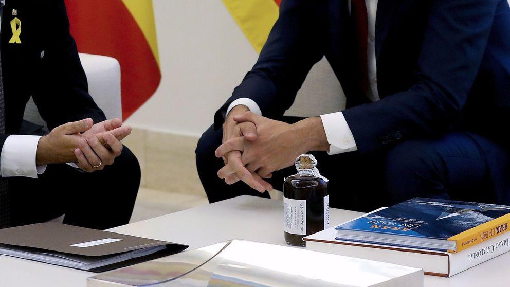 Quim Torra regala a Sánchez un libro de mapas de Cataluña y licor de ratafía