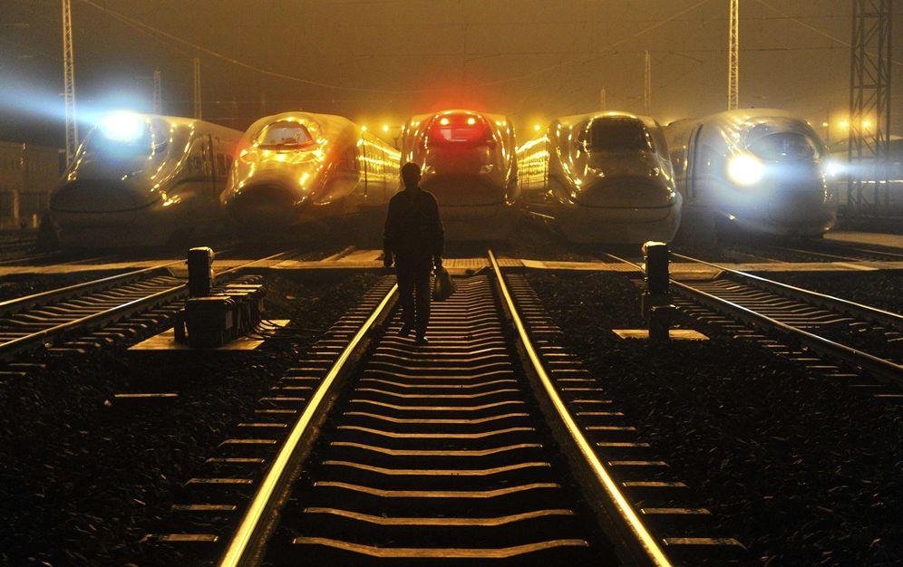 Foto: Un trabajador camina frente a la estación de trenes bala de Hefei, en la provincia china de Anhui (Reuters)