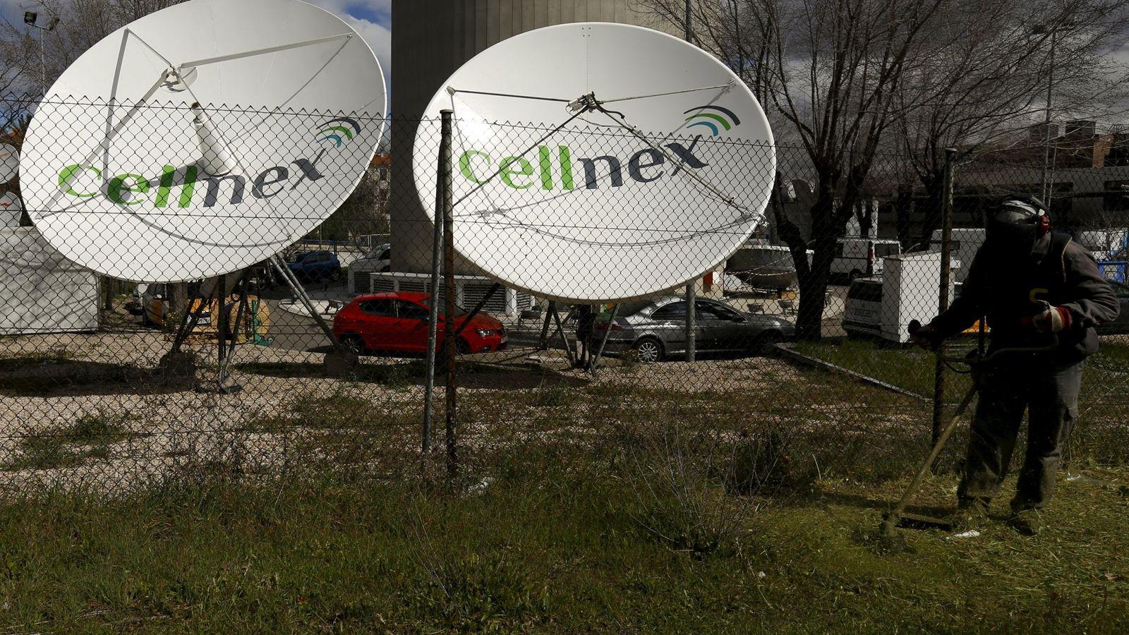 Foto: Dos antenas de Cellnex. (Reuters)