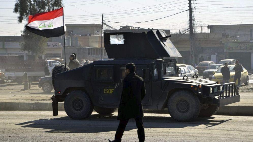 Foto:  Varios militares realizan controles en una carretera de Mosul, Irak. (EFE)