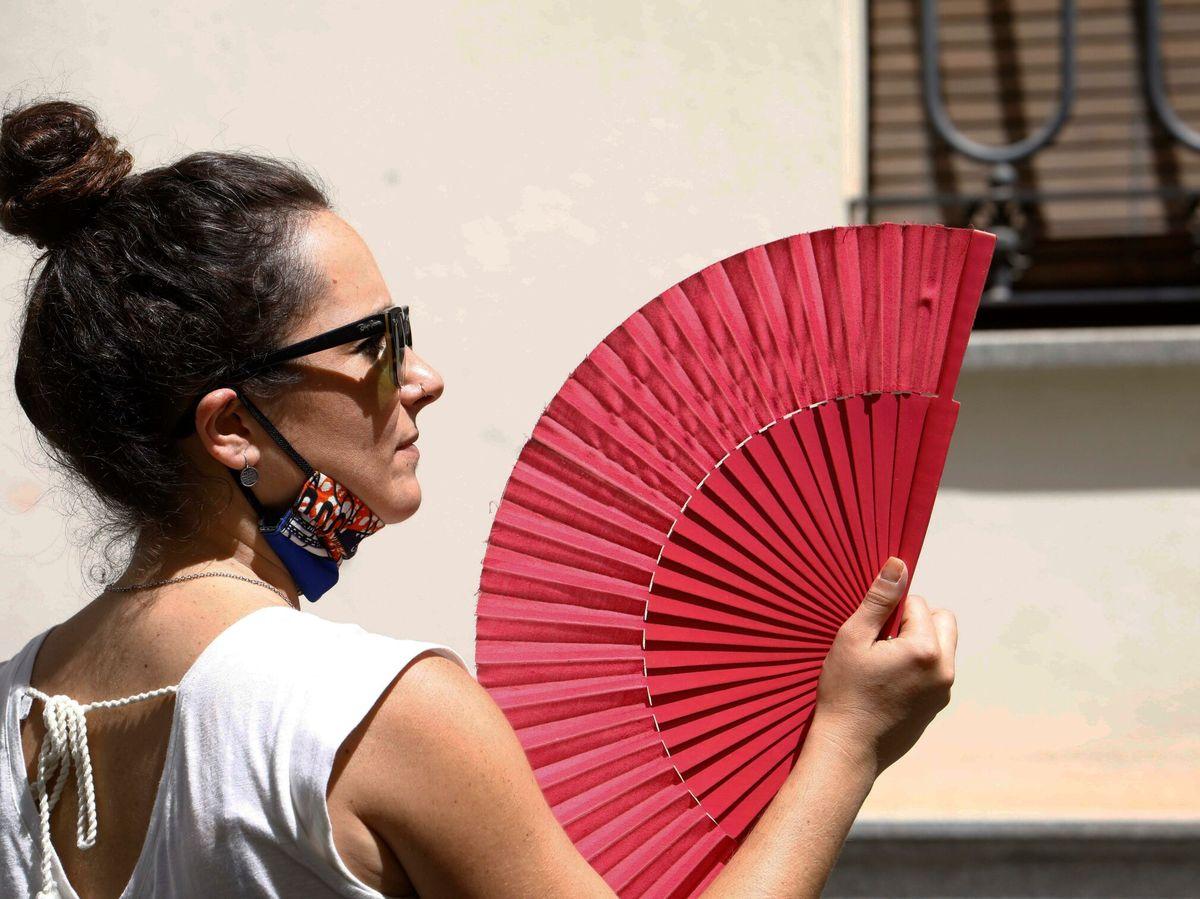 Foto: Una persona se abanica en las calles de Córdoba. (EFE)