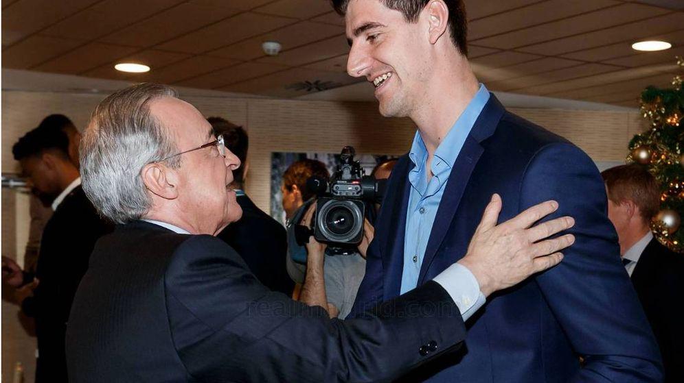Foto: Florentino Pérez, con Courtois, en la comida de Navidad del Real Madrid. (Foto vía Real Madrid)