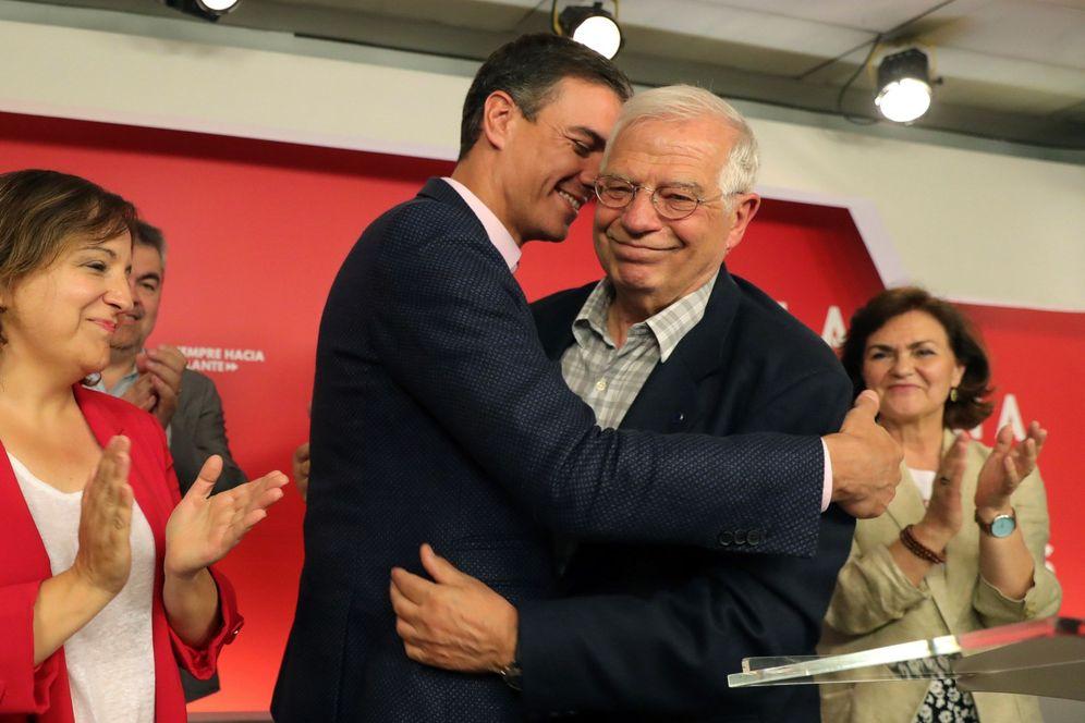 Foto: Pedro Sánchez abraza a Josep Borrell, en la noche de este 26-M en Ferraz. (EFE)