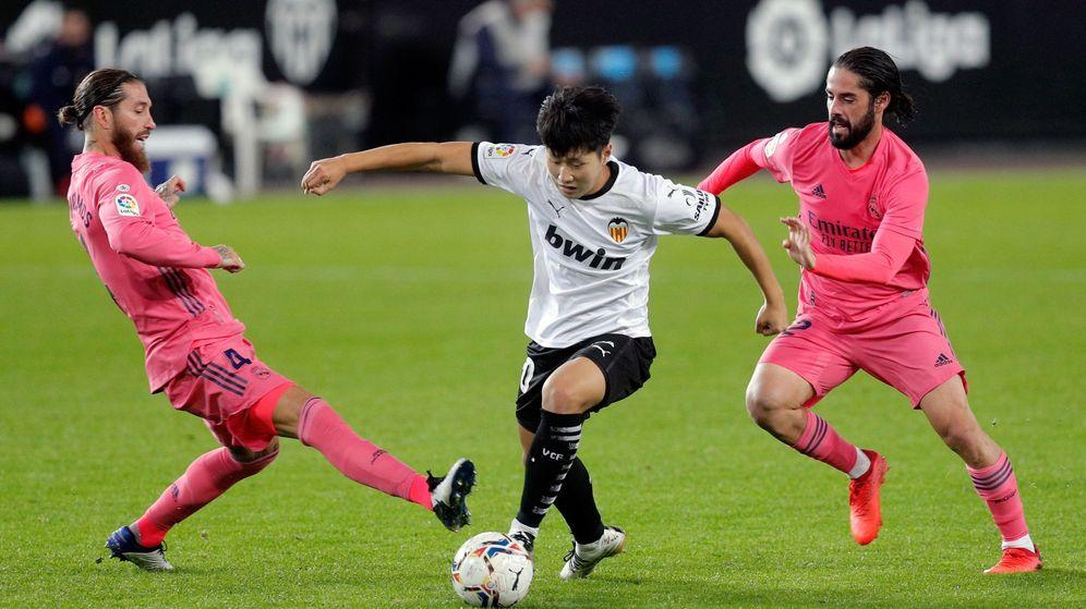Foto: Isco y Ramos tratan de robar una pelota a Kang en el pasado Valencia-Real Madrid. (EFE)