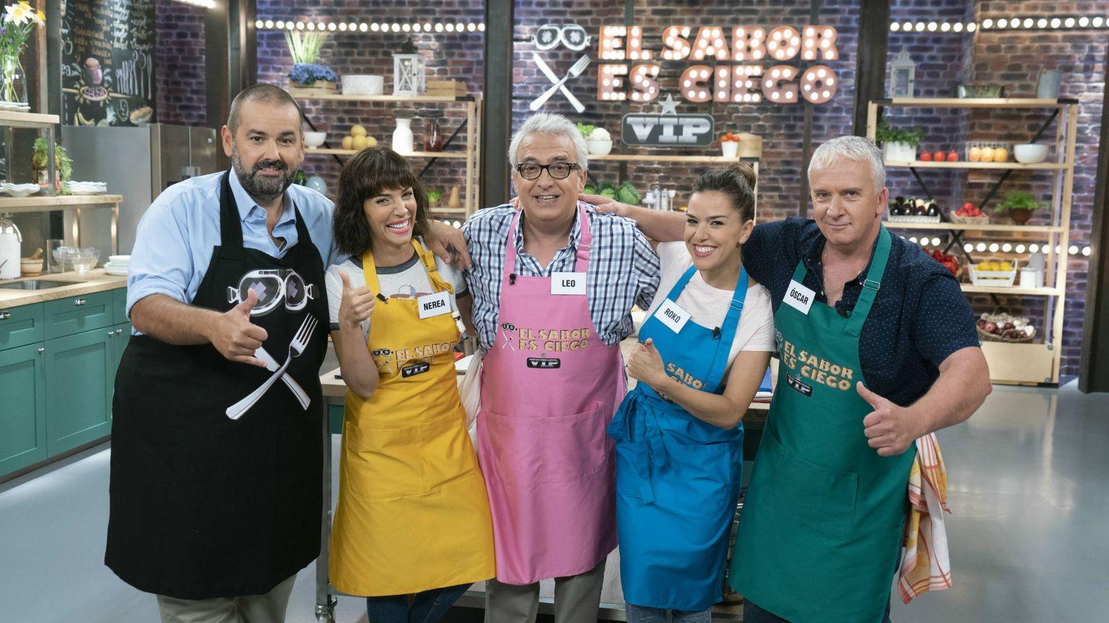 Foto: David de Jorge, con algunos de los concursantes VIPs. (Atresmedia)