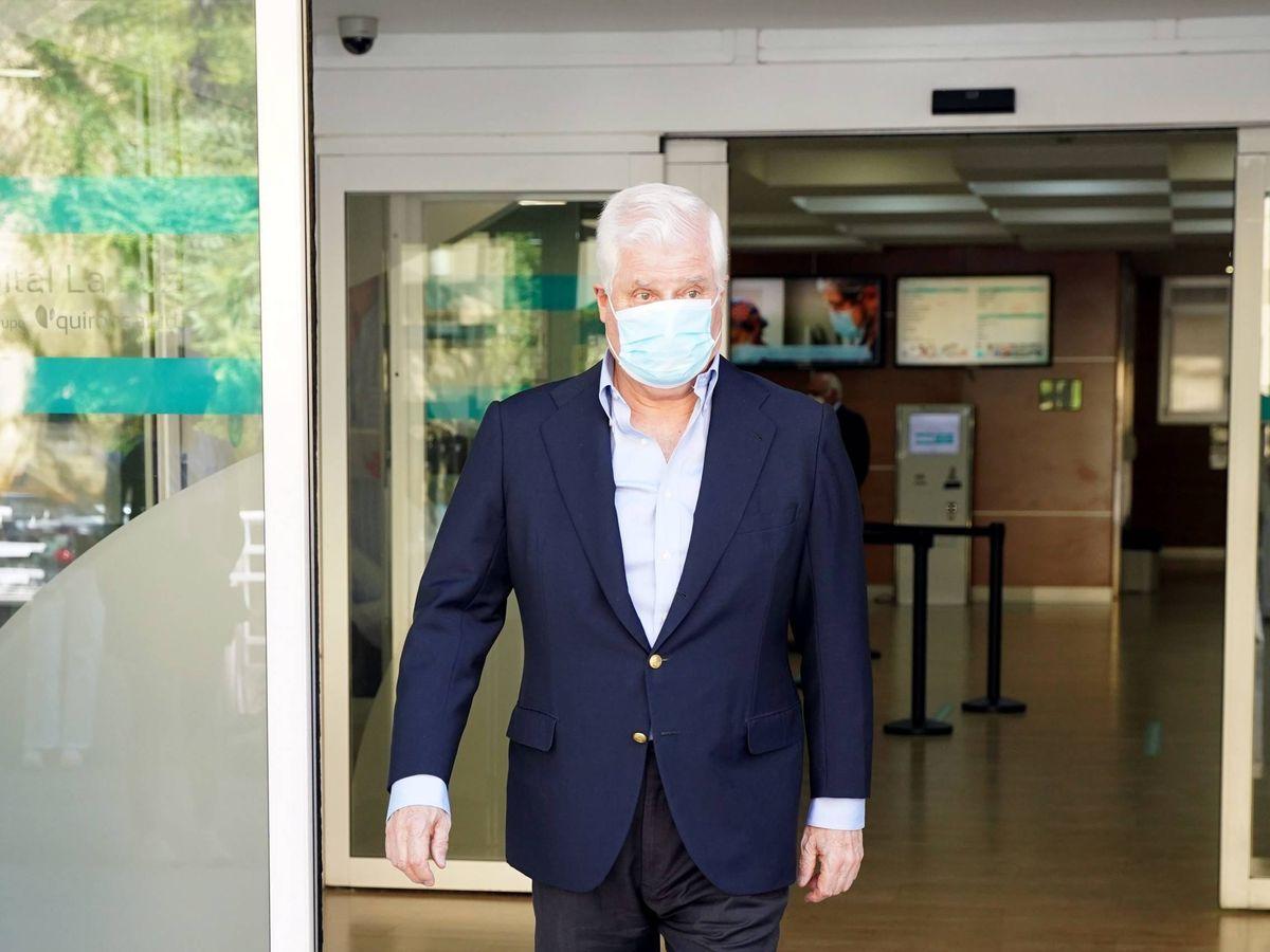 Foto: Carlos Fitz-James Stuart, saliendo del hospital. (CP)