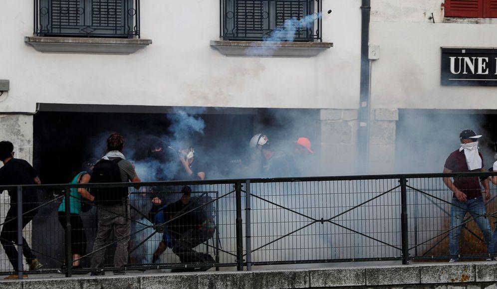 Foto: Manifestantes contra la cumbre del G-7 se enfrentan a la Policía en Bayona. (EFE)
