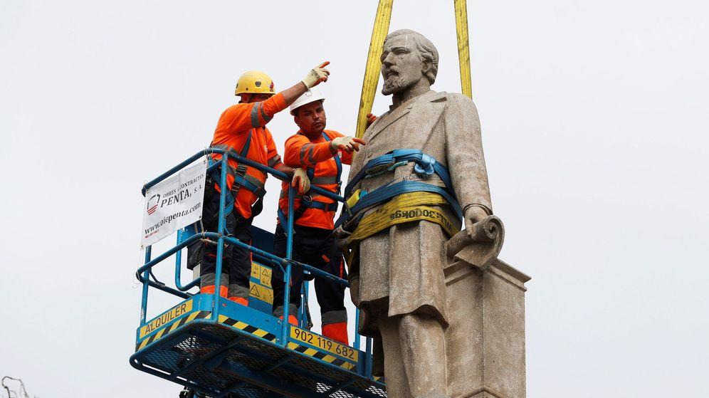 Foto: Ayuntamiento de Barcelona retira el monumento en memoria de Antonio López, el primer marqués de Comillas. (EFE)