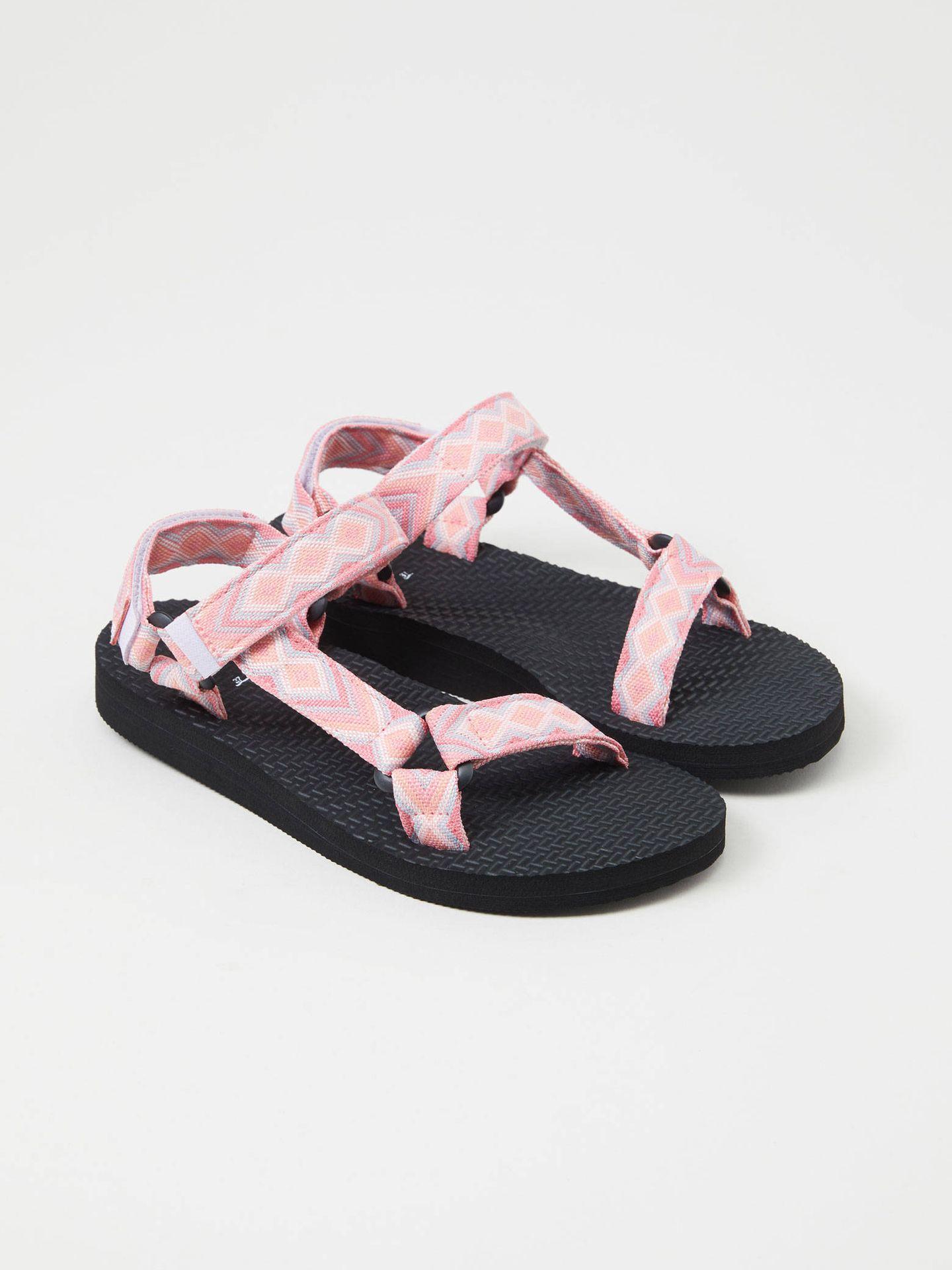 Sandalias de moda de Lefties. (Cortesía)