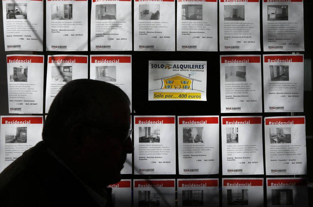 Foto: Un hombre pasa por el escaparate de una agencia inmobiliaria. (EFE)