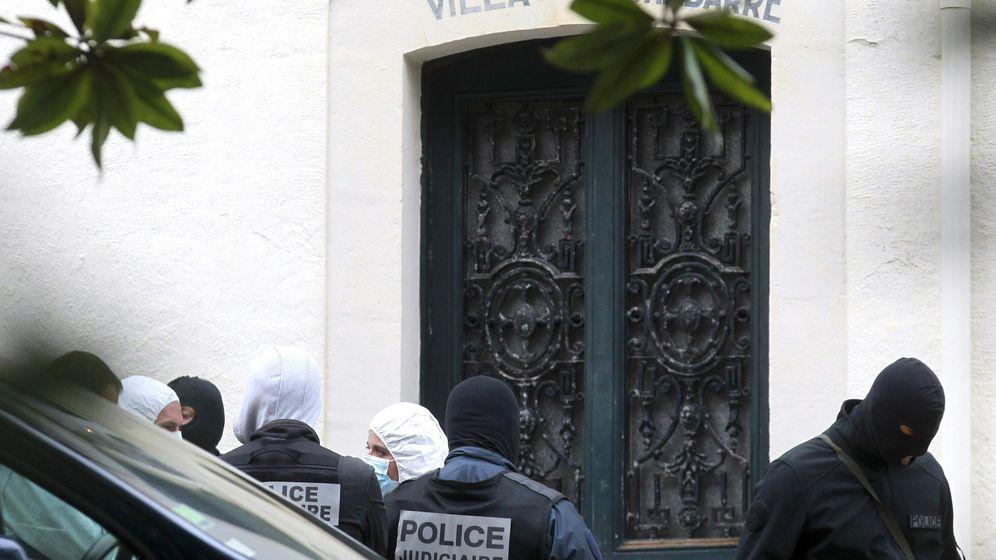 Foto: Imagen de archivo de agentes de la Guardia Civil y de la Policía Judicial francesa, en una operación contra un arsenal de ETA en Biarritz, en 2014. (EFE)
