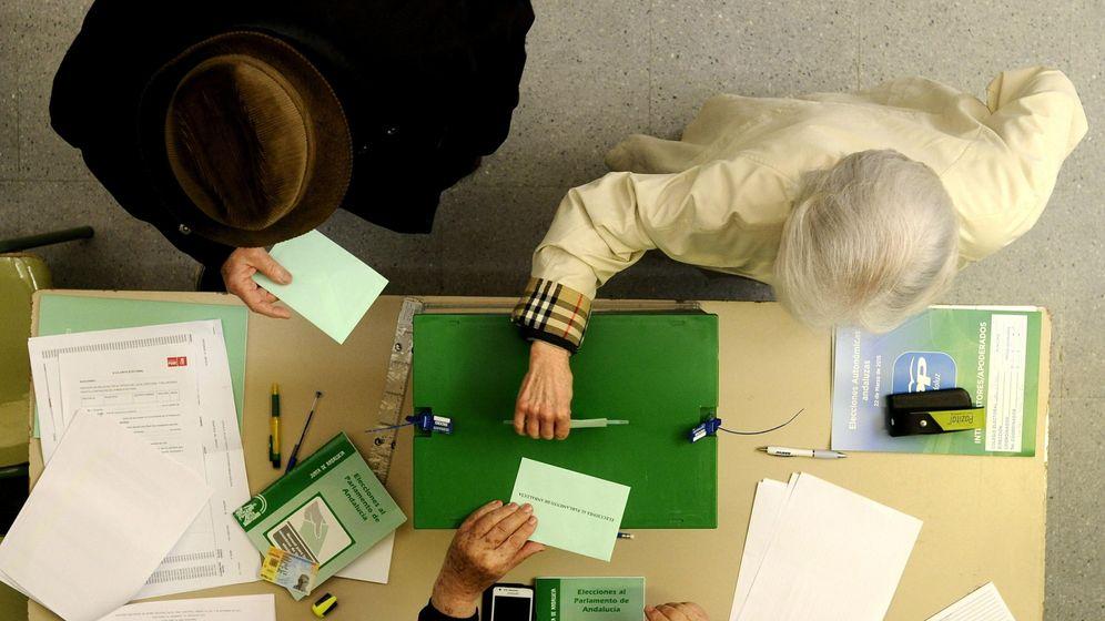Foto: Dos ciudadanos votando en Sevilla en las pasadas elecciones autonómicas. (EFE)