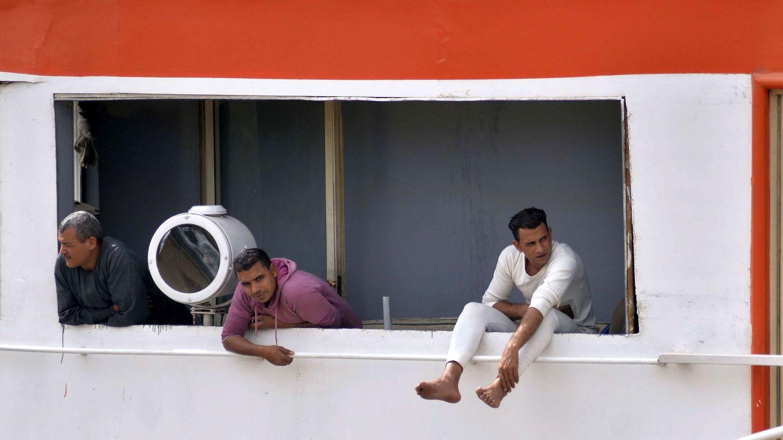 Empleados de una embarcación de Luxor (Egipto) esperan la orden para salir del barco. (EFE)